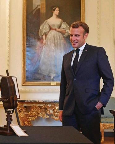 ?? Photo AFP ?? La force des symboles : au 10, Downing Street, Boris Johnson montre à Emmanuel Macron un microphone des années 1940, semblable à celui qu'a utilisé Charles de Gaulle pour lancer son appel du 18-Juin.