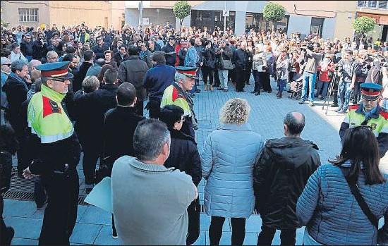 ?? JORDI PUJOLAR / ACN ?? Concentración de condena en la plaza del Ayuntamiento de Santa Perpètua de Mogoda tras el asesinato de una mujer del municipio