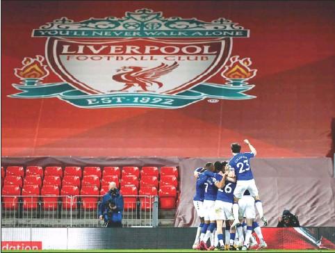??  ?? لاعبو ايفرتون يحتفلون بالفوز التاريخي في ملعب جارهم ليفربول «انفيلد»