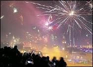 ?? Foto: dpa/Angelika Warmuth ?? ins neue Jahr: Silvester-Bilder wie dieses von den Hamburger Landungsbrücken wird es 2020 wohl kaum geben.