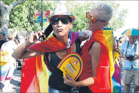 ?? EMILIA GUTIÉRREZ ?? Un momento de la multitudinaria manifestación del Orgullo, que discurrió desde Atocha hasta la plaza de Colón