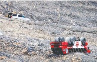?? CANADIAN PRESS FILES JEFF MCINTOSH/ THE ?? A tour bus on the Columbia Icefield in Jasper National Park rolls, killing three and injuring 24 on July 18.