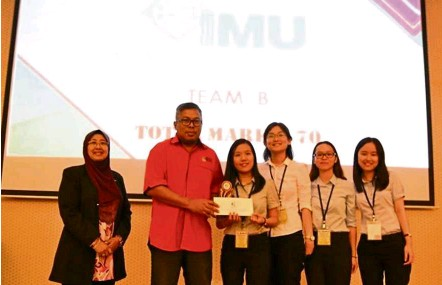 ??  ?? Team B (from left) UKM Faculty of Pharmacy dean, Associate Prof Dr Jamia Azdina Jamal, UKM student and alumni affairs deputy vice-chancellor, Associate Prof Dr Haji Roslee Rajikan and IMU pharmacy students, Heng Li Lin, How Chiu Her, Yew Wing Yee and...