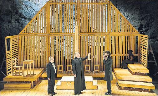 ?? JOSEP AZNAR ?? Miquel Gelabert, Lluís Homar y Albert Prat en una escena de Les bruixes de Salem, que ha abierto el festival Grec