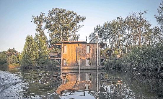 ??  ?? en contacto con la naturaleza La casa de agua es parte del mundo náutico y la madera evoca la identidad del Delta