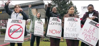 ?? ALIA DHARSSI ?? Staff of Clifton Manor, a seniors home run by the Brenda Strafford Foundation, and their supporters rally Monday to protest proposed rollbacks to overtime pay, starting wages and benefits, as well as a proposed salary freeze, in a bargaining process...