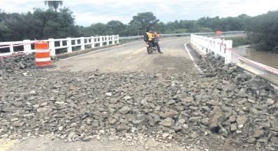 ??  ?? Rellenaron la ruta que se hundió en Cordillera con piedras muy puntiagudas que dificultan el tránsito.