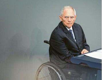 ?? Foto: Imago Images ?? Seit dem Anschlag ist Wolfgang Schäuble querschnittsgelähmt. Sein Schicksal war für ihn, den Politikbesessenen, nie Grund, sich selbst – und andere – zu schonen.
