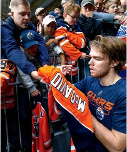 ??  ?? SIGN ON DOTTED LINE Talented NHLers like Edmonton's McDavid get an equal-sized share of the league's growing profits.