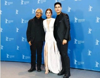 ??  ?? DIRECTOR, screenwriter, and editor Lav Diaz with actors Shaina Magdayao and Piolo Pascual pose during a photocall to promote the movie Ang Panahon ng Halimaw ( The Season Of The Devil) at the 68th Berlinale International Film Festival in Berlin,...