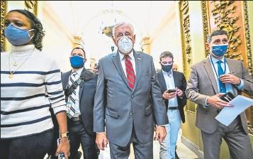 ?? Jim Lo Scalzo/ efe ?? • El líder demócrata de la Cámara de Representantes, Steny Hoyer (c), anunció a la prensa el trámite del juicio político.