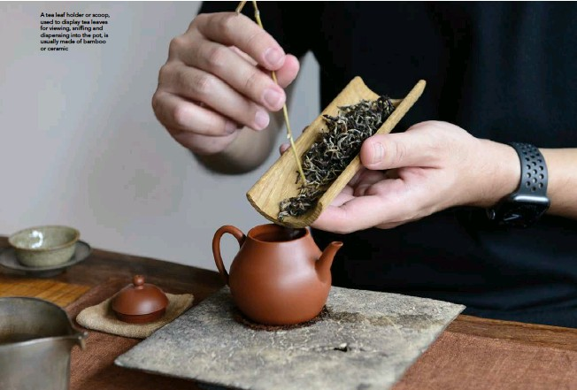 ??  ?? A tea leaf holder or scoop, used to display tea leaves for viewing, sniffing and dispensing into the pot, is usually made of bamboo or ceramic
