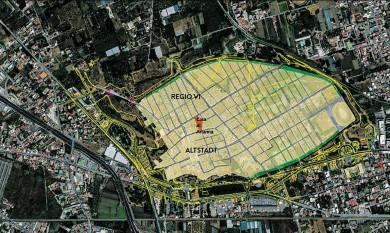 """?? BILDER: SN/POMPEI BIBLIOGRAPHY AND MAPPING PROJECT, HTTPS://DIGITALHUMANITIES.UMASS.EDU/PBMP) UND ÖAW-ÖAI/ CHRISTIAN KURTZE ?? Das ist ein Überblick über das Stadtgebiet von Pompeji. Die Casa di Arianna, deren Baugeschichte nun erforscht wird, ist rot eingezeichnet. Im kleinen Bild daneben ist der Peristylhof der Casa zu sehen. Das griechische Wort setzt sich aus peri """"um herum""""und stylos """"Säule""""zusammen und bedeutet """"das von Säulen Umgebene""""."""