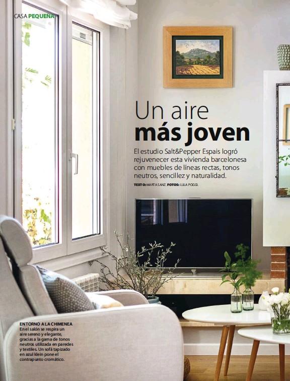 ??  ?? EN TORNO A LA CHIMENEA En el salón se respira un aire sereno y elegante, gracias a la gama de tonos neutros utilizada en paredes y textiles. Un sofá tapizado en azul klein pone el contrapunto cromático.
