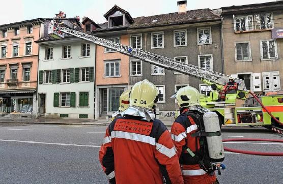 ?? Archivfoto: Madeleine Schoder ?? Die freiwillige Feuerwehr und die Berufsfeuerwehr übernehmen grundsätzlich die gleichen Aufgaben. www.ferienprogramm.ch