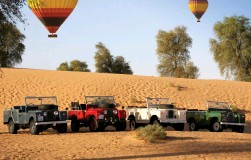 ??  ?? Ride the desert dunes and sit down with Emirati hosts