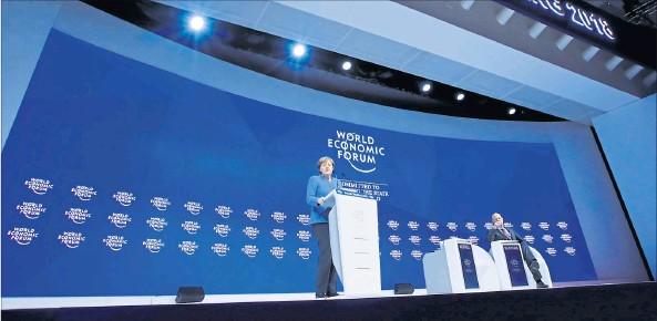 ?? [ Reuters ] ?? Angela Merkel sprach sich in Davos gegen Abschottung und Protektionismus aus. Sie plädiert auch für eine stärkere EU-Außenpolitik.