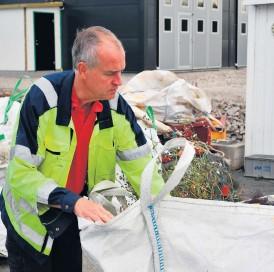 ?? ?? Ingemar Rytterstig går igenom insamlade nät på återvinningscentralen.