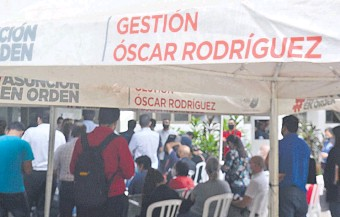 """??  ?? """"Gestión Óscar Rodríguez"""" escrito en toldos, remeras, carteles, pantallas de televisor y facturas; hasta el vidrio de la puerta fue decorado con esa frase en el palacete municipal."""