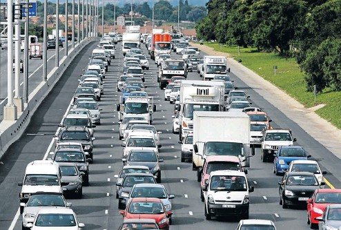 ?? Picture: Simphiwe Nkwali ?? When figuring out what driving to work and back costs you, you should factor in the value of your time, experts say.