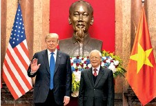 ??  ?? Donald Trump and Vietnamese President and General Secretary Nguy n Phú Tr ng in front of a statue of Ho Chi Minh in Hanoi, February 27, 2019