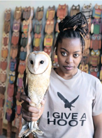 ?? PABALLO THEKISO ?? Owlproject officer Delina Chipape with one of the barn owls she loves.