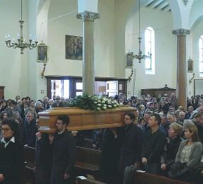 ??  ?? L'addio L'ingresso in chiesa della bara coperta di rose bianche A destra il momento dell'abbraccio tra Tiberio Falsiroli (18 anni) e i genitori di Marco Signorini