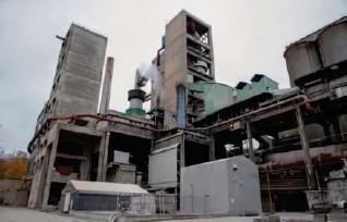 ?? TERJE BENDIKSBY, NTB ?? Heller enn å bruke statlige milliarder til å rense avgass fra en «skitten» produksjon som Norcems sementfabrikk (bildet), burde pengene gått til utvikling av ny miljøvennlig teknologi, mener Seniortanken.
