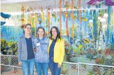 """??  ?? Petra Rösch (Mitte), Konditorin Patricia Schweizer (links) und die Dekorateurin Simone Rösch haben die """"Weltenträume""""möglich gemacht."""