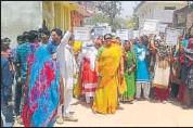 ?? HT PHOTO ?? Women stage antiliquor protest at Chhatarpur in Madhya Pradesh on Wednesday.