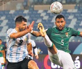 ??  ?? Empuje. Adrián Jusino, de Bolivia, disputa un balón con Sergio Agüero.
