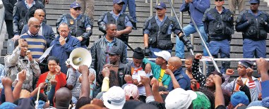 ?? PICTURE: DAVID RITCHIE ?? NOW HEAR US: Andile Lili addresses the crowd of Ses'khona Peoples Rights Movement members after Siqalo informal settlement residents marched to the mayor's office yesterday.