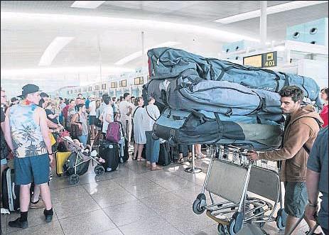 ?? GEMMA MIRALDA ?? Imagen de las largas colas que sufrieron ayer los afectados por las cancelaciones de sus vuelos en El Prat