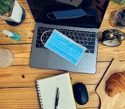 ??  ?? Tecnologie Una postazione domestica: pc, mascherina, carta e penna