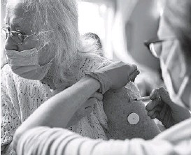 ?? ALISHA JUCEVIC/THE NEW YORK TIMES ?? Elizabeth Gillander, 78, gets a booster shot of the Pfizer-BioNTech COVID-19 vaccine last week at a mobile clinic in McMinnville, Oregon.