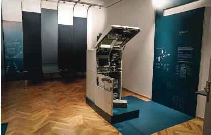 ?? Fotografiji Jože Suhadolnik ?? V Bankariumu lahko pogledamo v notranjost bankomata.