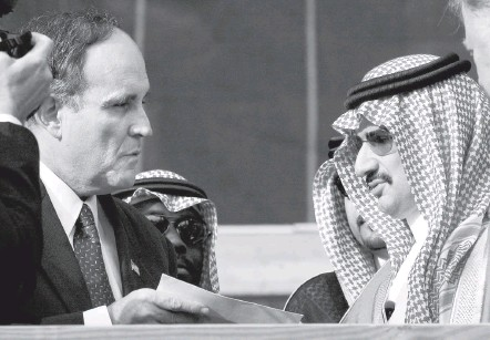 ?? STAN HONDA/POOL/AGENCE FRANCE-PRESSE/GETTY IMAGES ?? On Oct. 10, 2001, Prince Alwaleed bin Talal of Saudi Arabia, right, gave a $10 million check for the Twin Towers Fund to New York Mayor Rudolph W. Giuliani. He later rejected the gift after the prince issued a statement blaming the attack on U.S. policy in the Middle East.