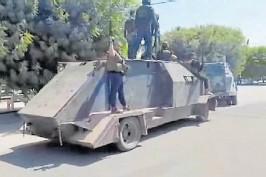 ?? AFP ?? Amenaza. Camiones blidandos convertidos en los tanques.