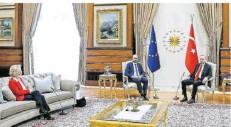 ?? FOTO: PIGNATELLI/EUROPEAN COUNCIL/DPA ?? Beim Türkei-Besuch saß EU-Kommissionschefin Ursula von der Leyen (l.) weit weg von Präsident Recep Tayyip Erdogan (r.) und Ratspräsident Charles Michel. Nicht nur das sorgte im Anschluss für Aufruhr.