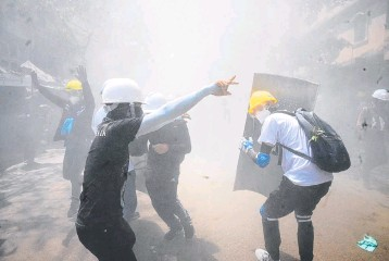 ?? AFP ?? Teargas is sprayed at protesters during a demonstration against the military coup in Yangon on Sunday