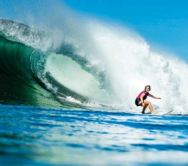 ??  ?? BARRELING INTO THE FUTURE Caroline Marks rides a wave in Honolua Bay, Maui. The Olympian is among those at the vanguard of surfing's embrace of science.