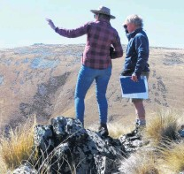 ??  ?? Tus­sock land . . . Lindis Pass Con­ser­va­tion Group mem­ber Anne Steven and Otago Con­ser­va­tion Board mem­ber Rob War­dle in­spect Dun­stan Downs.