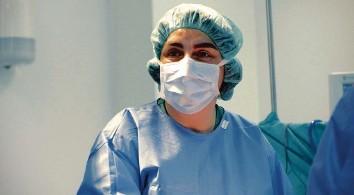 ?? Foto: WDR ?? Dr. Dilek Gürsoy ist Herzchirurgin und Kunstherzspezialistin. Sie testet vollständige Kunstherzen, die für Patient:innen lebensrettend sein können.