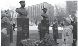 ??  ?? Бюсты погибшим в Чеченской республике десантникам Лебедеву и Сираеву по инициативе оренбуржцев установили в сквере, который назван в честь них.