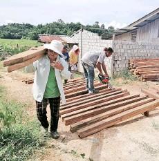 ??  ?? Tinuhan Gotong Royong making fences to control buffaloes. - Photos from Forever Sabah