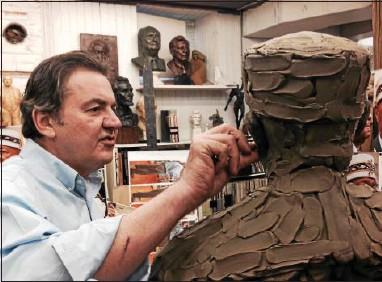 ?? 21ST CENTURY MEDIA PHOTO — JARREAU FREEMAN ?? Sculptor Zenos Frudakis sculpts the bust of prominent Mason Solomon Wallace, 33rd degree, the Sovereign Grand Commander of The United Supreme Council's northern jurisdiction.