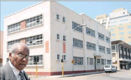 ?? Picture: ZANELE ZULU ?? Marimuthoo Vyapoorey Rajah stands in front of the Hindu Tamil Institute in Cross Street.