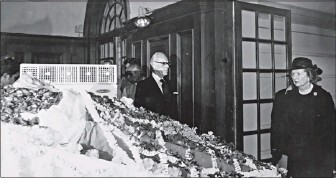 ??  ?? British prime minister Margaret Thatcher, along with her husband Denis Thatcher, pays homage to former Prime Minister Indira Gandhi at Teen Murti House, in New Delhi on November 3, 1984. THE HINDU ARCHIVES