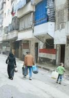 ??  ?? Los bombardeos y choques en el norte de Siria han causado un gran desplazamiento de población.