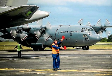 ??  ?? A New Zealand Defence Force air transport team returns to the Royal New Zealand Air Force Base in Whenuapai after operating as part of an Australian Defence Force air mobility task group transporti­ng freight and coalition personnel to
